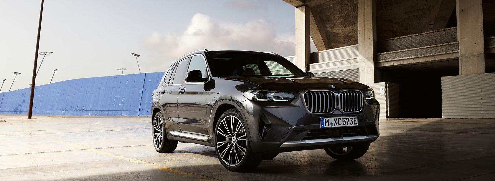 BMW X3 G01 Sophistograu Dreiviertel-Front vor Hangar 2021